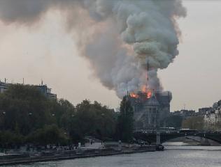 https://www.ragusanews.com//immagini_articoli/15-04-2019/1555349785-incendio-cattedrale-notre-dame-parigi-1-240.png