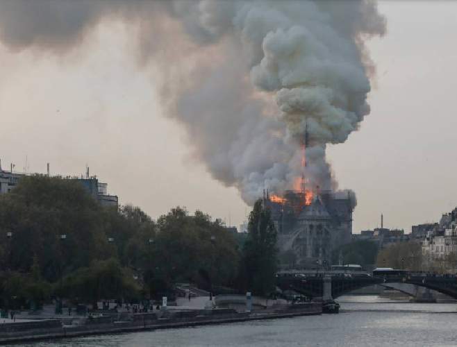 https://www.ragusanews.com//immagini_articoli/15-04-2019/1555349785-incendio-cattedrale-notre-dame-parigi-1-500.png