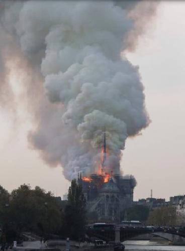 https://www.ragusanews.com//immagini_articoli/15-04-2019/1555349785-incendio-cattedrale-notre-dame-parigi-2-500.png