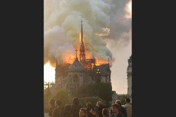 https://www.ragusanews.com//immagini_articoli/15-04-2019/1555352516-incendio-cattedrale-notre-dame-parigi-1-240.jpg