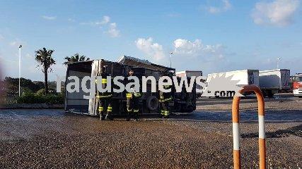 https://www.ragusanews.com//immagini_articoli/15-04-2019/santa-croce-tromba-d-aria-fa-ribaltare-un-camion-240.jpg
