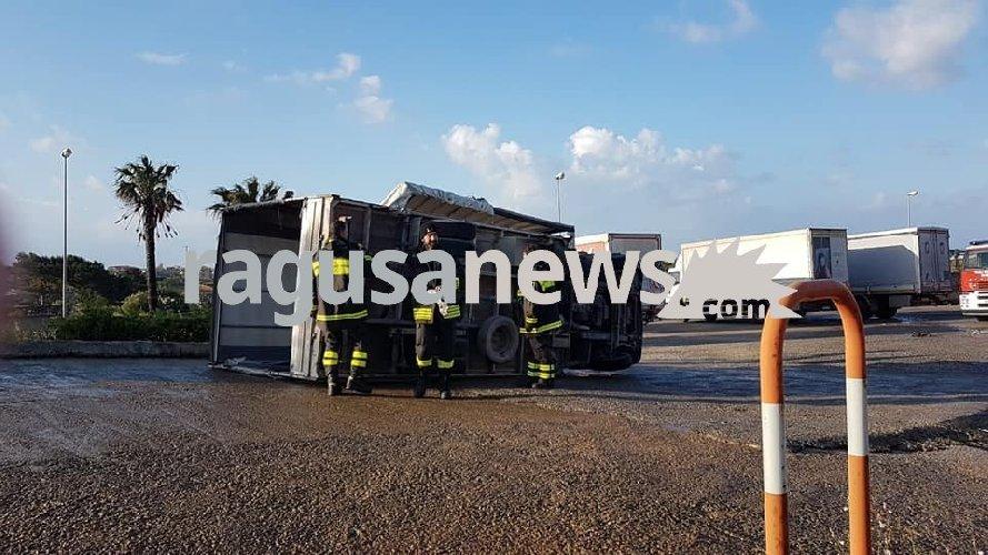 https://www.ragusanews.com//immagini_articoli/15-04-2019/santa-croce-tromba-d-aria-fa-ribaltare-un-camion-500.jpg