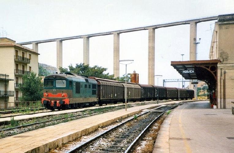 https://www.ragusanews.com//immagini_articoli/15-05-2017/chiude-tratta-ferroviaria-siracusamodica-500.jpg