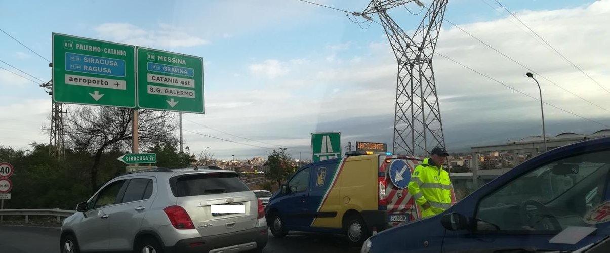 Tangenziale per Messina, si ribalta tir carico di elettrodomestici