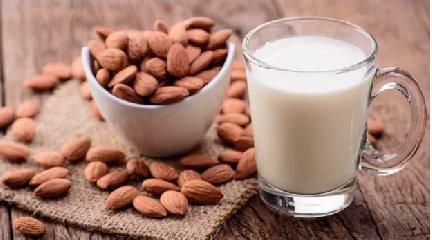 https://www.ragusanews.com//immagini_articoli/15-05-2019/il-latte-di-mandorla-ti-aiuta-a-dimagrire-240.jpg