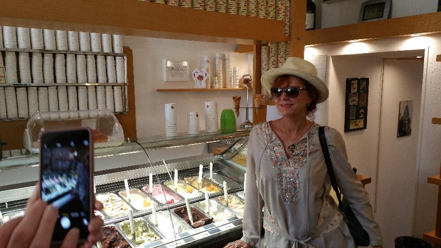 https://www.ragusanews.com//immagini_articoli/15-06-2016/susan-sarandon-a-ibla-a-gustare-un-gelato-500.jpg