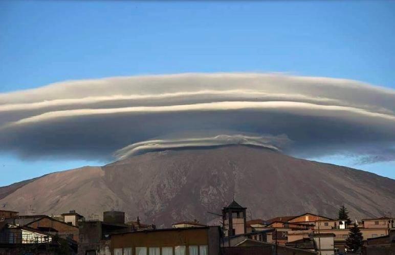 http://www.ragusanews.com//immagini_articoli/15-06-2016/una-nube-lenticolare-fa-spettacolo-sull-etna-500.jpg