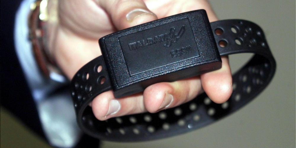http://www.ragusanews.com//immagini_articoli/15-06-2017/furto-energia-alimentare-braccialetto-elettronico-figlio-500.jpg