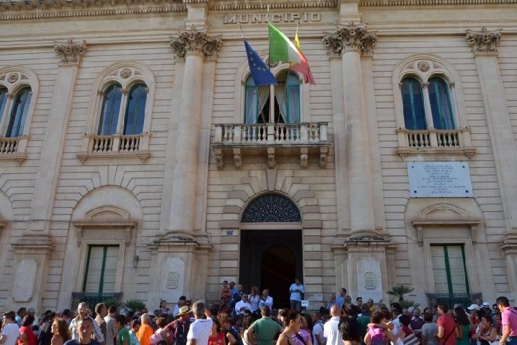 http://www.ragusanews.com//immagini_articoli/15-06-2017/passaggio-ditta-siti-culturali-aperti-grazie-comunali-500.jpg