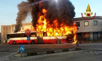 https://www.ragusanews.com//immagini_articoli/15-06-2019/catania-in-fiamme-un-autobus-240.jpg