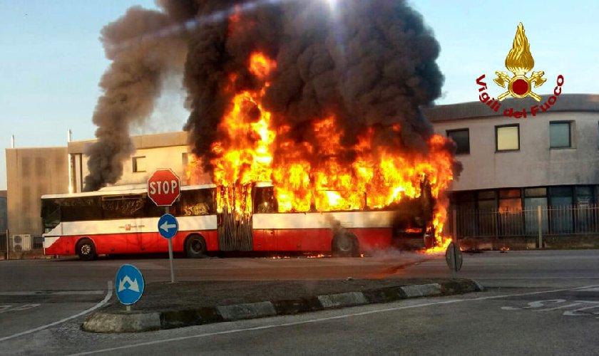 https://www.ragusanews.com//immagini_articoli/15-06-2019/catania-in-fiamme-un-autobus-500.jpg