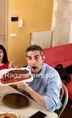 https://www.ragusanews.com//immagini_articoli/15-06-2019/pizzarotti-a-ragusa-mangia-scaccia-campagnola-240.jpg