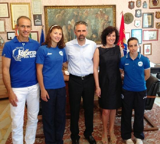 https://www.ragusanews.com//immagini_articoli/15-07-2013/campioni-a-palazzo-san-domenico-calabrese-e-floridia-ricevuti-dal-sindaco-500.jpg