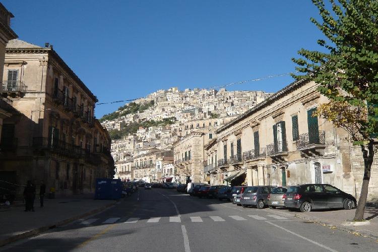 https://www.ragusanews.com//immagini_articoli/15-07-2015/abbate-chiude-nei-weekend-corso-umberto-e-corso-mediterraneo-500.jpg