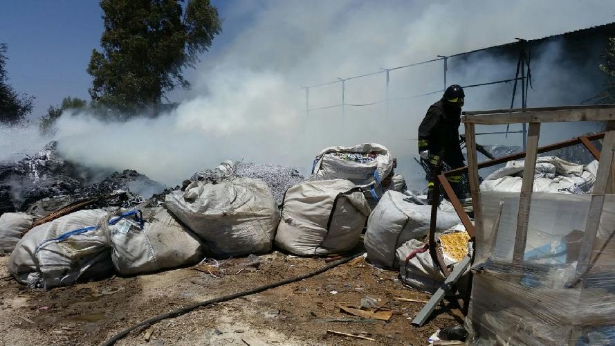 http://www.ragusanews.com//immagini_articoli/15-07-2016/incendio-in-un-deposito-di-plastica-a-vittoria-500.jpg