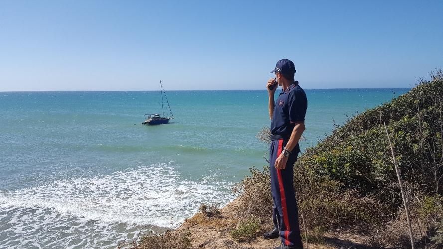http://www.ragusanews.com//immagini_articoli/15-07-2016/pozzallo-33-migranti-su-una-barca-a-vela-500.jpg