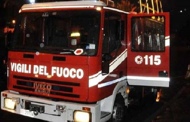 http://www.ragusanews.com//immagini_articoli/15-07-2016/ragusa-incendio-in-viale-europa-a-fuoco-un-garage-420.jpg