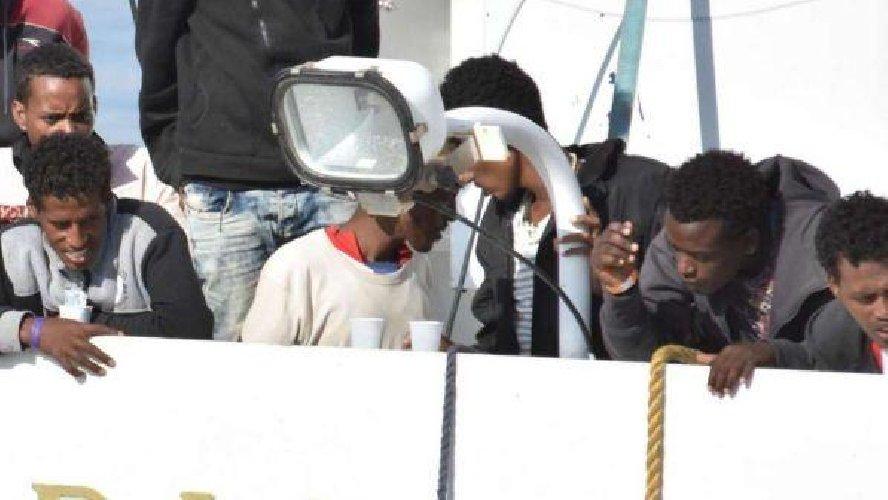 https://www.ragusanews.com//immagini_articoli/15-07-2018/ferme-davanti-pozzallo-navi-migranti-500.jpg