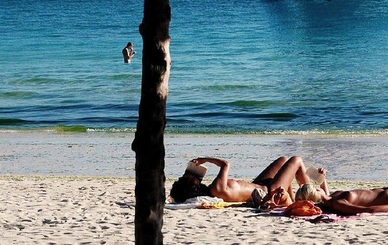 https://www.ragusanews.com//immagini_articoli/15-07-2018/nudisti-spiaggia-noto-500.jpg
