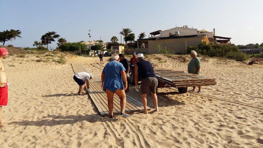 https://www.ragusanews.com//immagini_articoli/15-07-2018/punta-braccetto-facilita-accesso-spiaggia-500.jpg