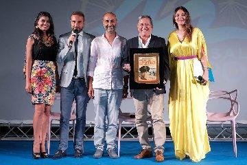 https://www.ragusanews.com//immagini_articoli/15-07-2018/tony-sperandeo-omaggia-carlo-vanzina-marefestival-salina-240.jpg