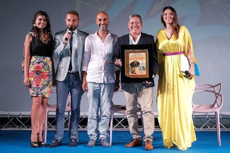 https://www.ragusanews.com//immagini_articoli/15-07-2018/tony-sperandeo-omaggia-carlo-vanzina-marefestival-salina-500.jpg