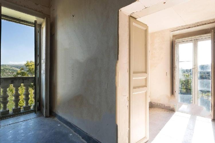 https://www.ragusanews.com//immagini_articoli/15-07-2021/1626366728-ragusa-il-fantasma-della-dama-e-il-castello-invenduto-foto-1-500.jpg