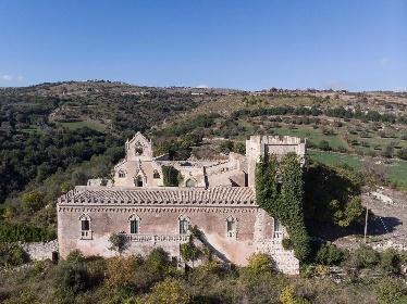 https://www.ragusanews.com//immagini_articoli/15-07-2021/1626366731-ragusa-il-fantasma-della-dama-e-il-castello-invenduto-foto-2-280.jpg