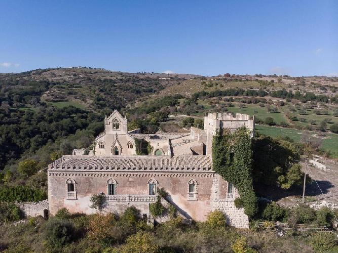 https://www.ragusanews.com//immagini_articoli/15-07-2021/1626366731-ragusa-il-fantasma-della-dama-e-il-castello-invenduto-foto-2-500.jpg