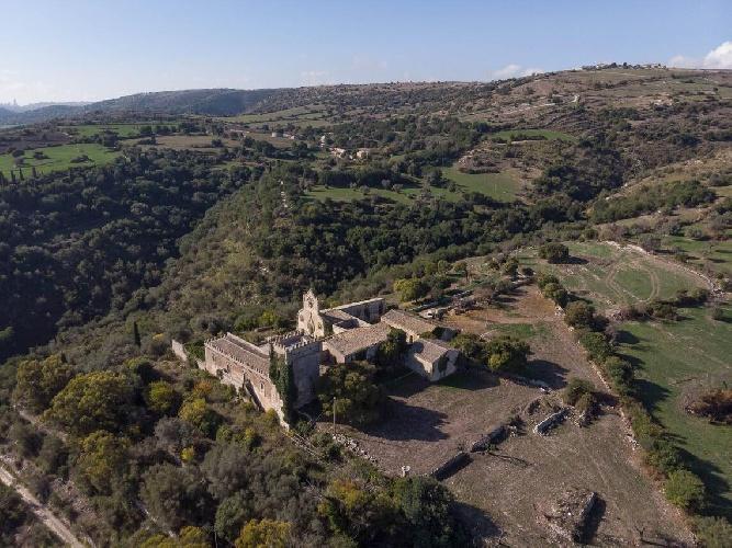 https://www.ragusanews.com//immagini_articoli/15-07-2021/1626366733-ragusa-il-fantasma-della-dama-e-il-castello-invenduto-foto-3-500.jpg