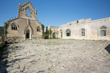 https://www.ragusanews.com//immagini_articoli/15-07-2021/1626366735-ragusa-il-fantasma-della-dama-e-il-castello-invenduto-foto-4-280.jpg