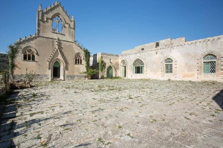 https://www.ragusanews.com//immagini_articoli/15-07-2021/1626366735-ragusa-il-fantasma-della-dama-e-il-castello-invenduto-foto-4-500.jpg