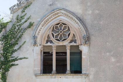 https://www.ragusanews.com//immagini_articoli/15-07-2021/1626366737-ragusa-il-fantasma-della-dama-e-il-castello-invenduto-foto-5-280.jpg