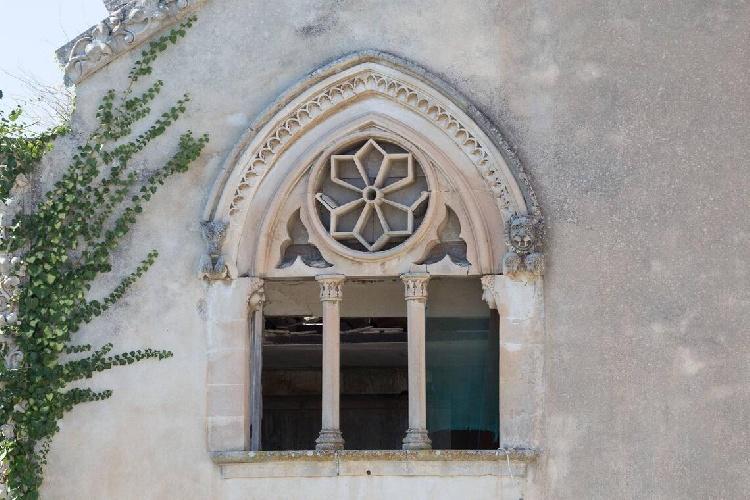 https://www.ragusanews.com//immagini_articoli/15-07-2021/1626366737-ragusa-il-fantasma-della-dama-e-il-castello-invenduto-foto-5-500.jpg