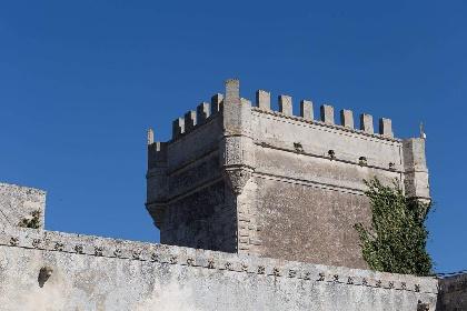 https://www.ragusanews.com//immagini_articoli/15-07-2021/1626366743-ragusa-il-fantasma-della-dama-e-il-castello-invenduto-foto-9-280.jpg