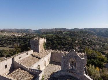 https://www.ragusanews.com//immagini_articoli/15-07-2021/1626366745-ragusa-il-fantasma-della-dama-e-il-castello-invenduto-foto-10-280.jpg