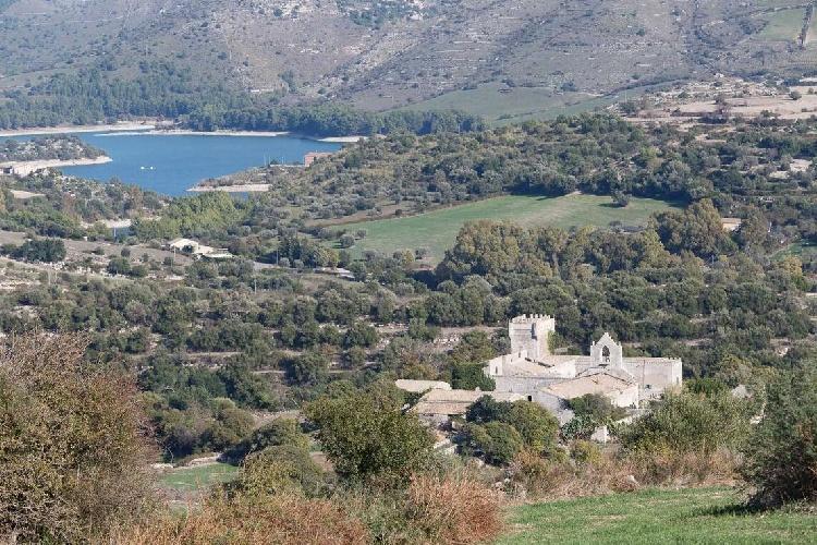 https://www.ragusanews.com//immagini_articoli/15-07-2021/1626366747-ragusa-il-fantasma-della-dama-e-il-castello-invenduto-foto-11-500.jpg