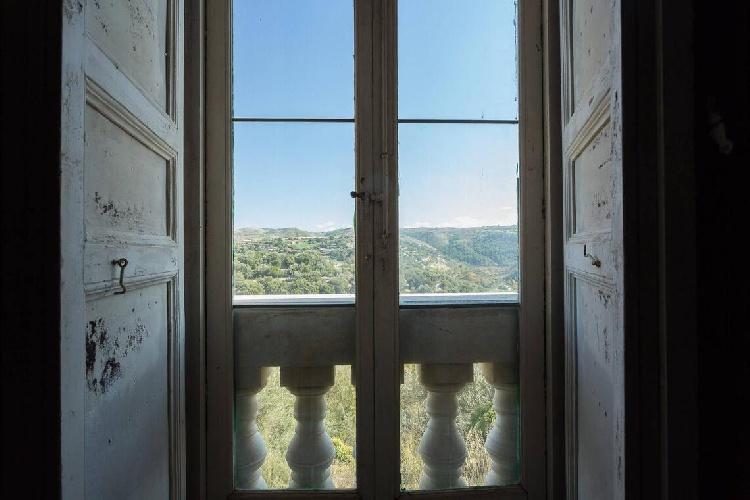 https://www.ragusanews.com//immagini_articoli/15-07-2021/ragusa-il-fantasma-della-dama-e-il-castello-invenduto-foto-500.jpg