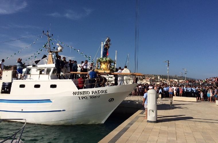 http://www.ragusanews.com//immagini_articoli/15-08-2015/la-madonna-ha-preso-il-mare-500.jpg