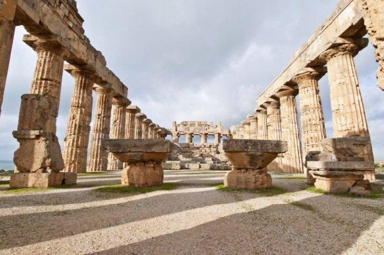 https://www.ragusanews.com//immagini_articoli/15-08-2018/parco-archeologico-selinunte-500.jpg
