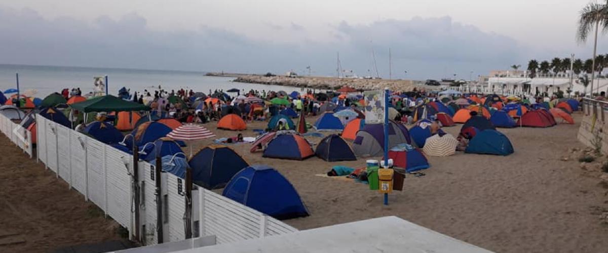 https://www.ragusanews.com//immagini_articoli/15-08-2018/tende-ferragosto-marina-ragusa-porci-500.png