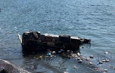 https://www.ragusanews.com//immagini_articoli/15-08-2020/camion-dei-rifiuti-precipita-in-mare-dopo-volo-di-10-metri-240.jpg