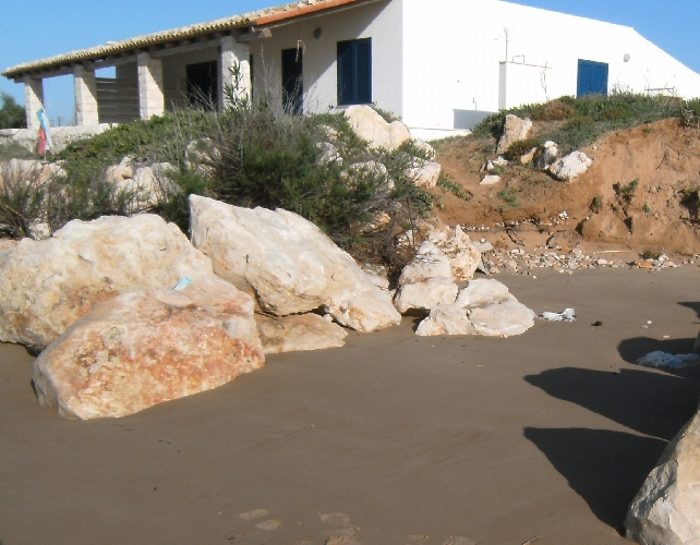 http://www.ragusanews.com//immagini_articoli/15-09-2015/legambiente-a-muraglie-progetto-anti-erosione-sbagliato-500.jpg