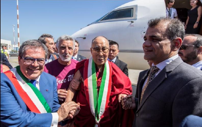 http://www.ragusanews.com//immagini_articoli/15-09-2017/dalai-lama-arrivato-catania-500.jpg