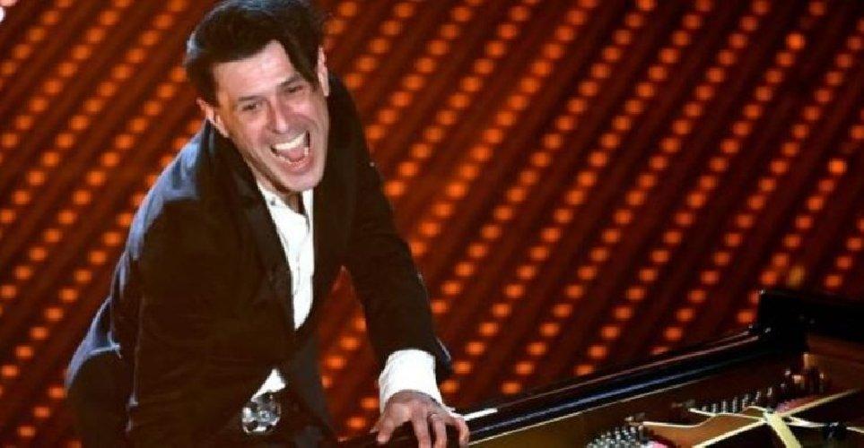 https://www.ragusanews.com//immagini_articoli/15-09-2019/pianista-ezio-bosso-commuove-il-pubblico-non-posso-piu-suonare-500.jpg