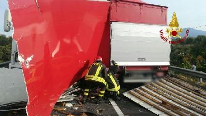 https://www.ragusanews.com//immagini_articoli/15-09-2020/1600186017-incidente-tra-due-mezzi-pesanti-un-morto-1-240.jpg