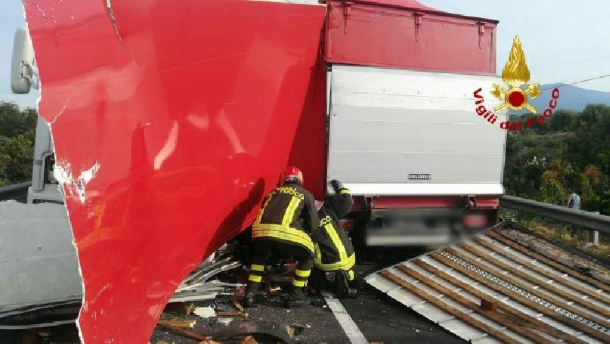 https://www.ragusanews.com//immagini_articoli/15-09-2020/1600186017-incidente-tra-due-mezzi-pesanti-un-morto-1-500.jpg