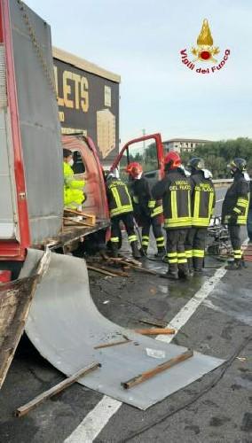 https://www.ragusanews.com//immagini_articoli/15-09-2020/1600186063-incidente-tra-due-mezzi-pesanti-un-morto-2-500.jpg