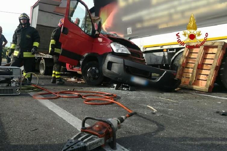 https://www.ragusanews.com//immagini_articoli/15-09-2020/1600186063-incidente-tra-due-mezzi-pesanti-un-morto-3-500.jpg