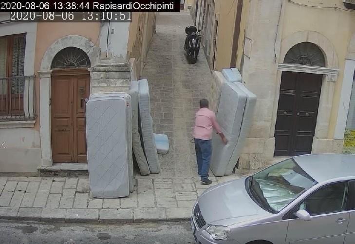 https://www.ragusanews.com//immagini_articoli/15-09-2020/cassi-pubblica-le-foto-di-chi-abbandona-materassi-in-centro-a-ragusa-500.jpg